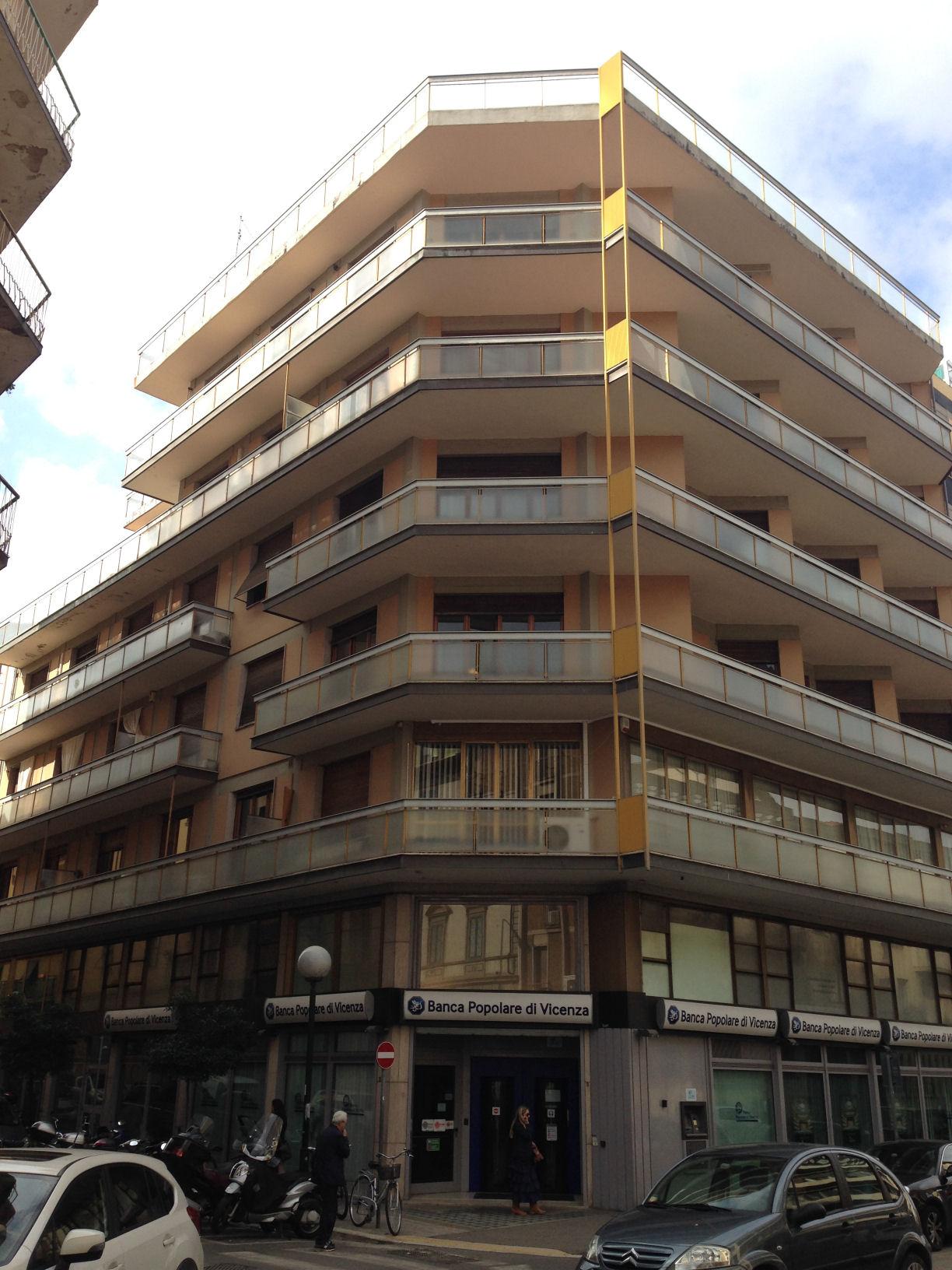 Arezzo. Centro città. Via F. Petrarca. Appartamento 3 locali, con terrazza.