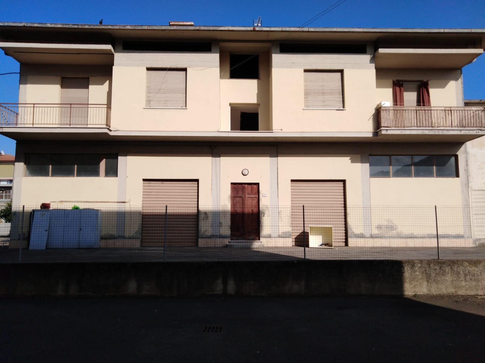 Arezzo. Zona Pescaiola. In stabile di sole due unità immobiliari. 3 locali con garage e soffitta.
