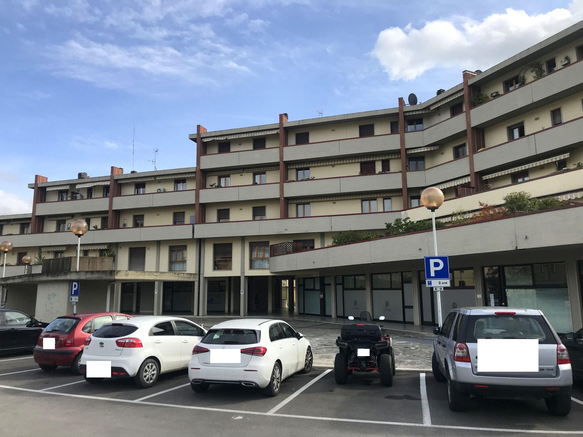 Arezzo. Via Bologna. Appartamento 2 locali attualmente uso ufficio trasformabile in civile abitazione, con terrazza e garage.