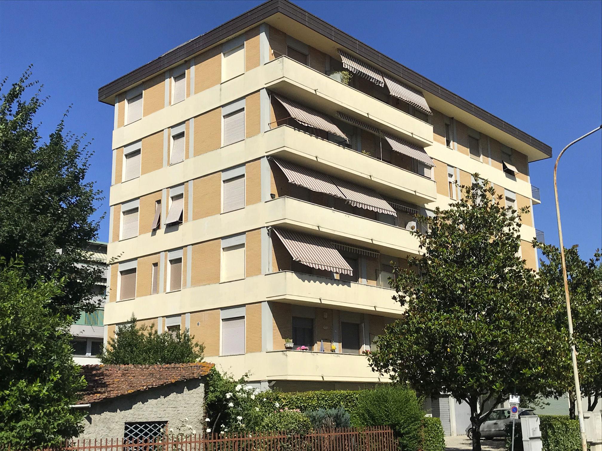 Arezzo. Zona Giotto. Appartamento 3 locali piano quinto ed ultimo con garage